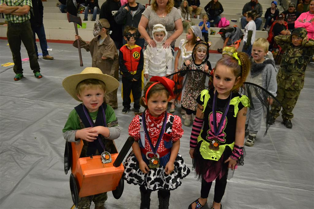 Winners of the costume contest for the 0-5 age range.